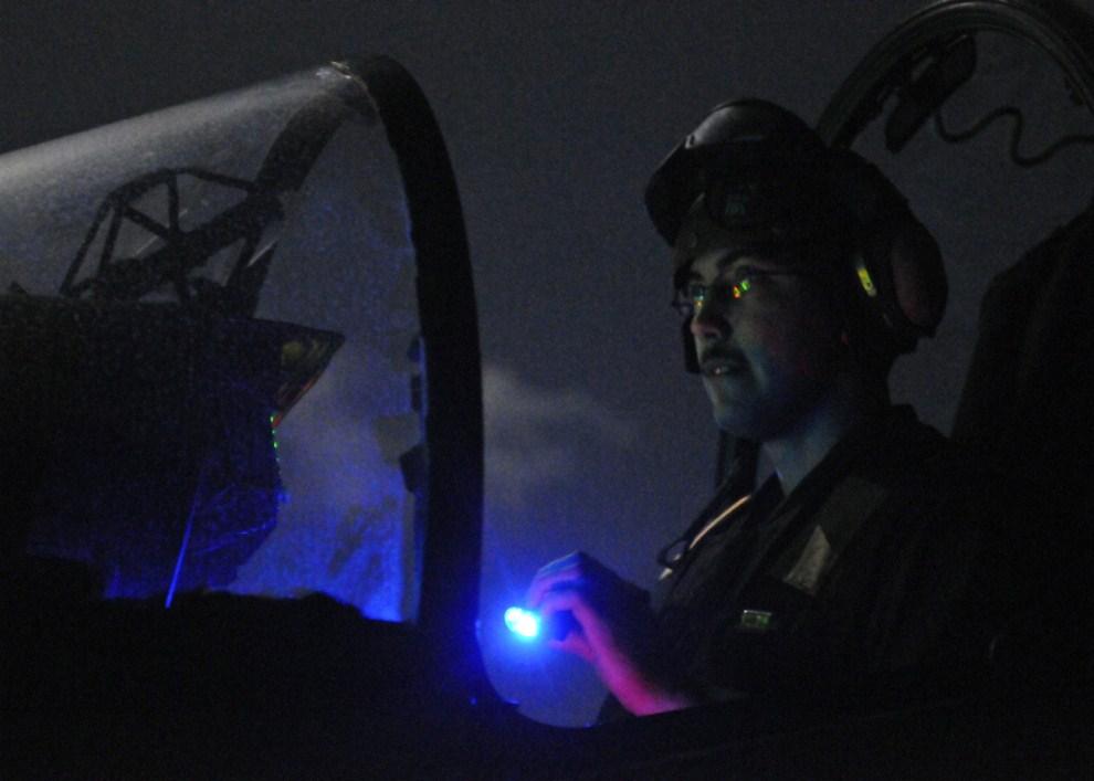 8. MORZE ŚRÓDZIEMNE, 19 marca 2011: Kapral Sean Moberly podczas procedury przedstartowej w kokpicie AV-8B Harrier. (Foto: Scott Pittman/U.S. Navy via Getty Images)