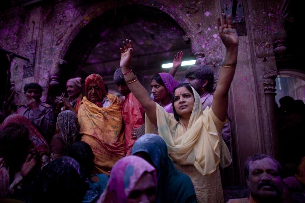 8. INDIE, Vrindavan, 21 marca 2011: Wierni uczestniczący w obchodach holi. (Foto: Majid Saeedi/Getty Images)