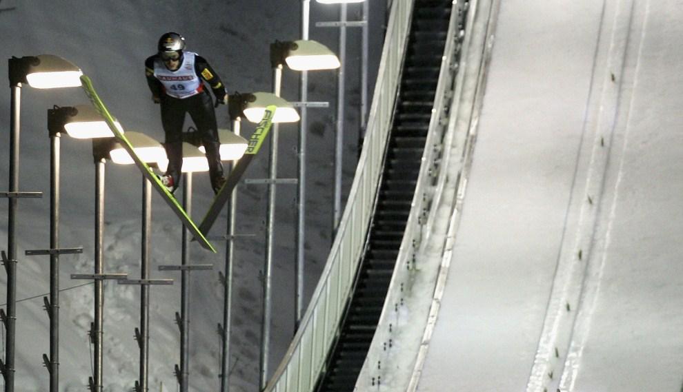 8. JAPONIA, Sapporo, 3 marca 2007: Adam Małysz leci po zwycięstwo w zawodach w Sapporo. (Foto: Alexander Hassenstein/Bongarts/Getty Images)