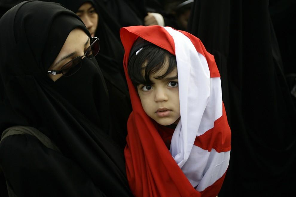 9. BAHRAIN, Manama, 1 marca 2011: Dziewczynka otulona flagą swojego kraju bierze udział w protestach antyrządowych. AFP PHOTO/JOSEPH EID