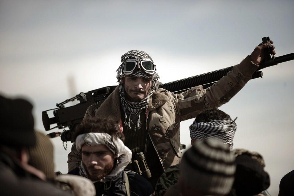 9. LIBIA, Brega, 12 marca 2011: Rebelianci na punkcie kontrolnym w Bredze. AFP PHOTO / GIANLUIGI GUERCIA