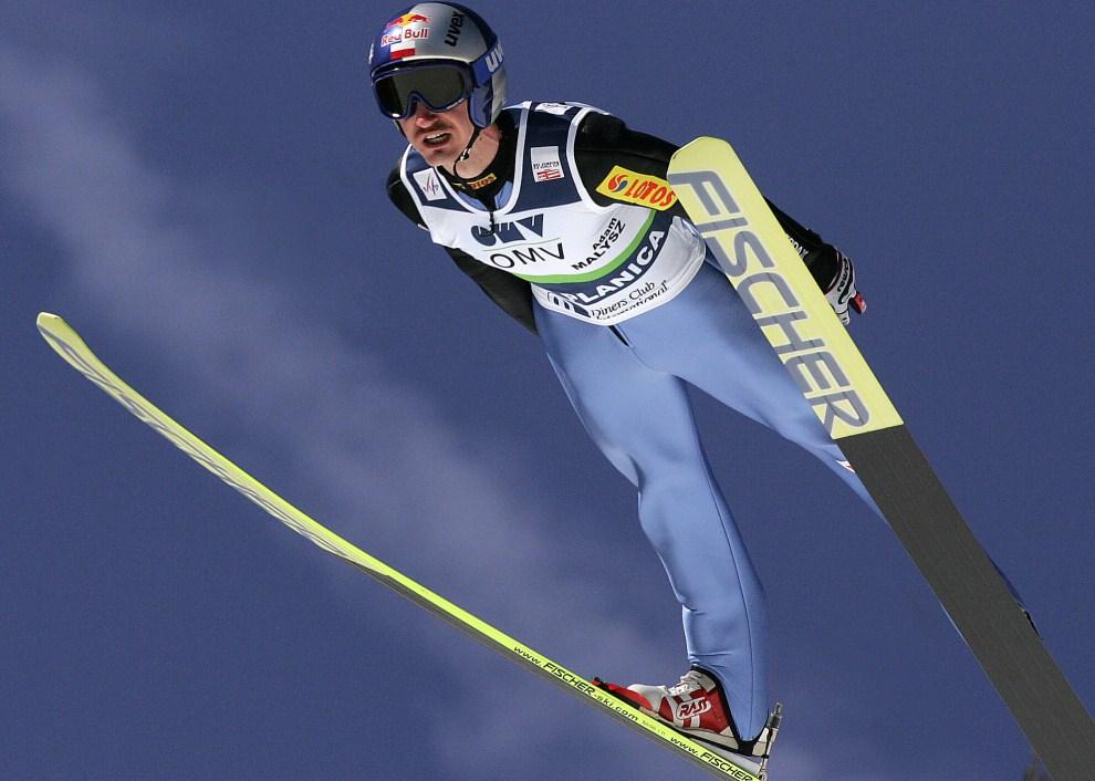9. SŁOWENIA, Planica, 22 marca 2009: Adam Małysz przelatuje nad zeskokiem skoczni w Planicy. AFP PHOTO