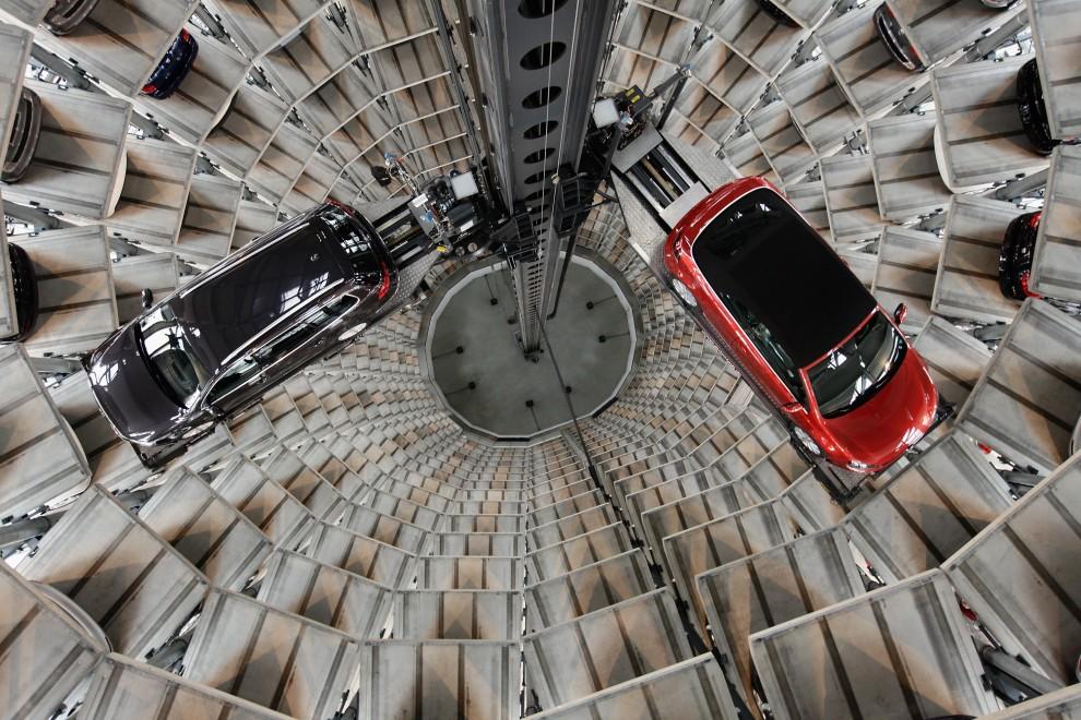 9. NIEMCY, Wolfsburg, 10 marca 2011: Samochody marki Volkswagen w jednej z wież parkingowych fabryki. (Foto: Sean Gallup/Getty Images)