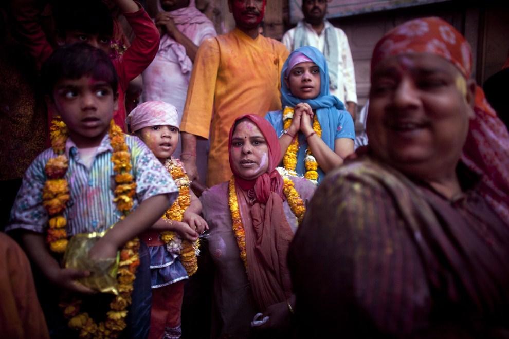 9. INDIE, Vrindavan, 21 marca 2011: Dzieci i kobiety w świątyni Bankey Bihari. (Foto: Majid Saeedi/Getty Images)