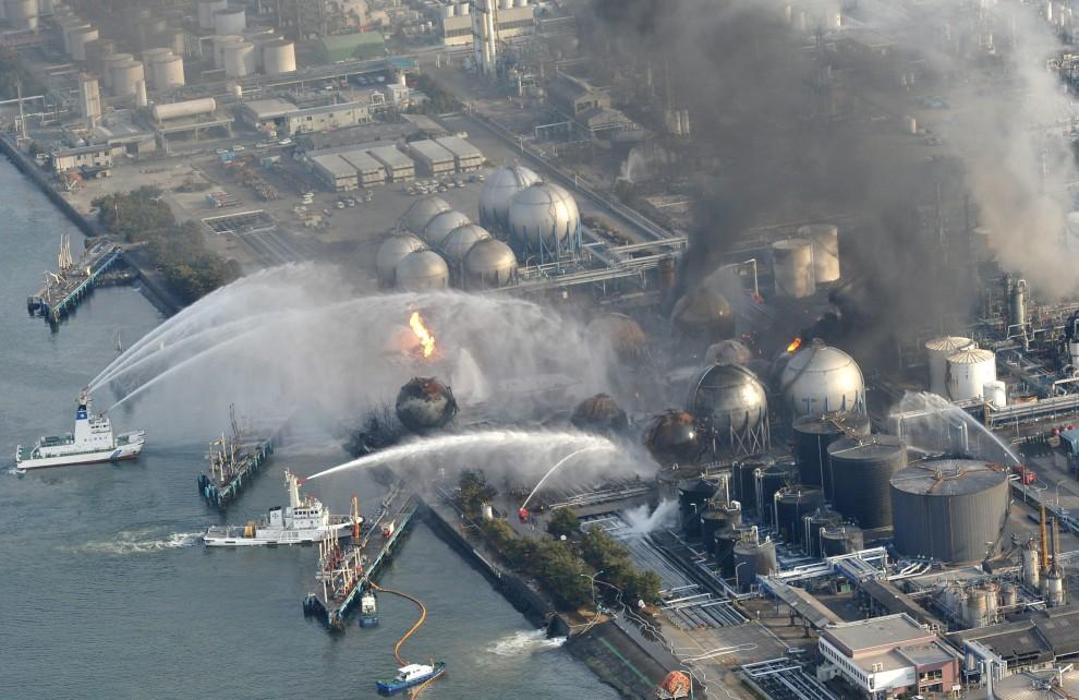9. JAPONIA, Ichihara, 15 marca 2011: Jednostki straży pożarnej gaszą pożar w rafinerii. EPA/AFLO