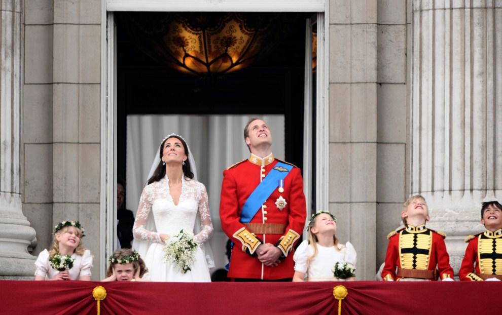 45. WIELKA BRYTANIA, Londyn, 29 kwietnia 2011: Książę William i Katarzyna Elżbieta Mountbatten-Windsor, Księżna Cambridge przyglądają się samolotom przelatującym na Pałacem Buckingham. AFP PHOTO / LEON NEAL