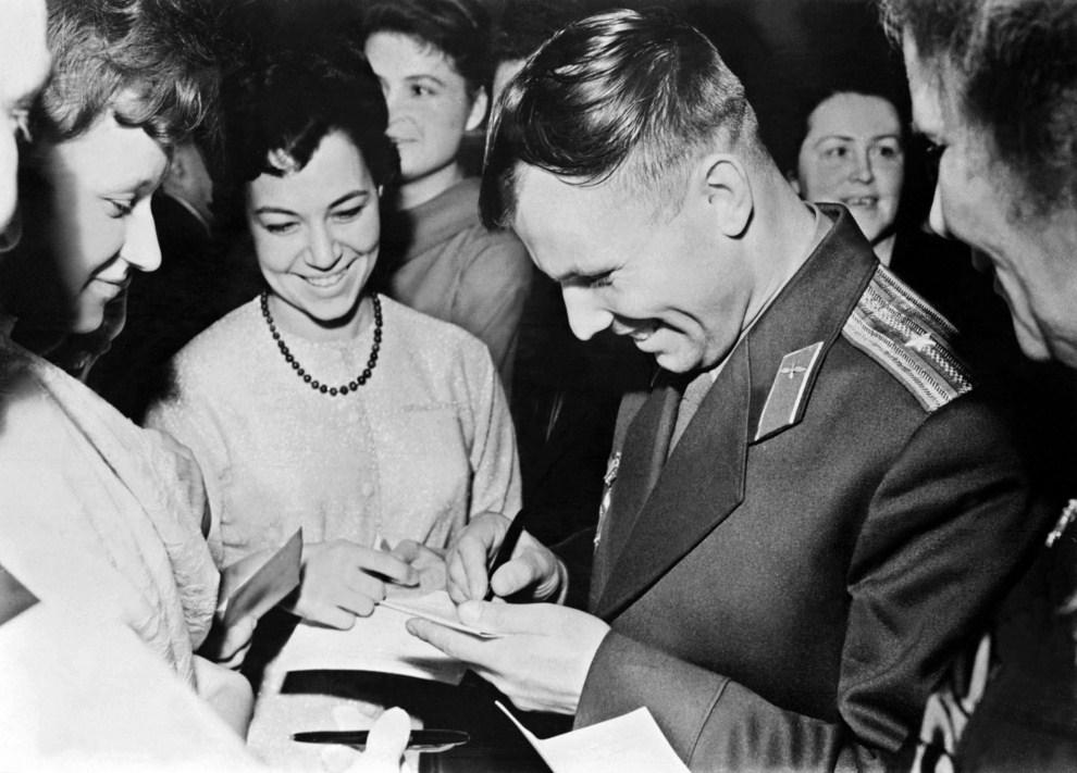 10.  ZSRR, Tajmyr, 1961: Jurij Gagarin w trakcie rozdawania autografów. AFP PHOTO