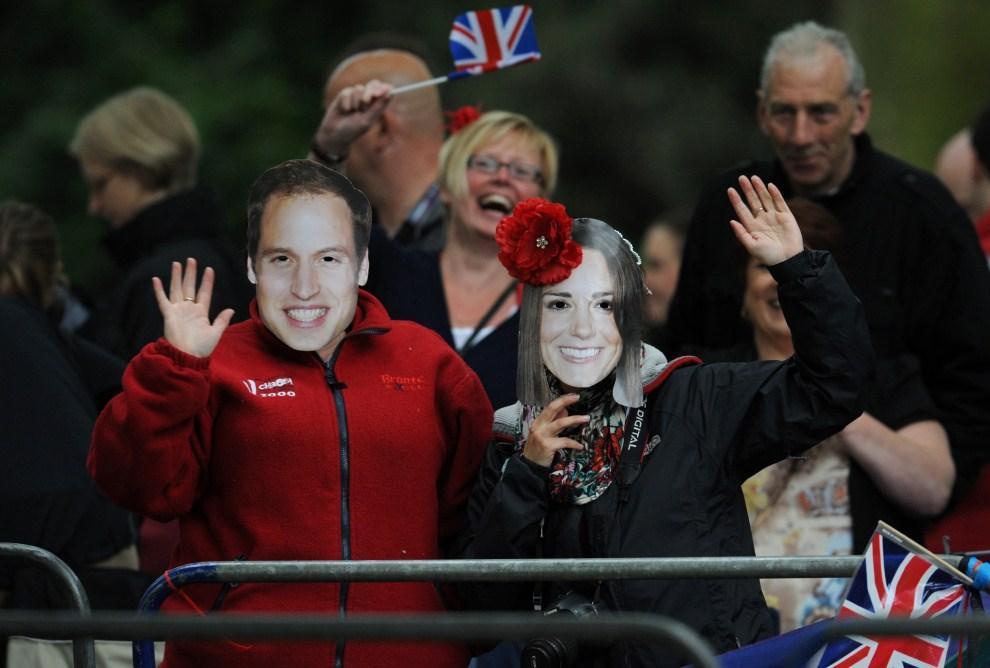 10. WIELKA BRYTANIA, Londyn, 29 kwietnia 2011: Widzowie przy trasie przejazdu orszaku królewskiego. AFP PHOTO / DIMITAR DILKOFF