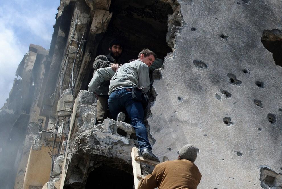 10. LIBIA, Misrata, 20 kwietnia 2011: Tim Hetherington – fotoreporter – dzięki pomocy rebeliantów,  wychodzi z ostrzelanego budynku. AFP PHOTO/PHIL MOORE