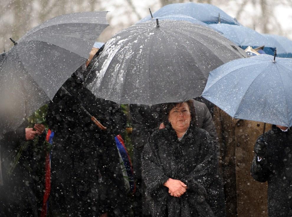 10. ROSJA, Smoleńsk, 10 kwietnia 2011: Żona prezydenta Polski, Anna Komorowska, przygotowuje się do złożenia kwiatów pod pomnikiem upamiętniającym ofiary katastrofy. AFP   PHOTO / NATALIA KOLESNIKOVA