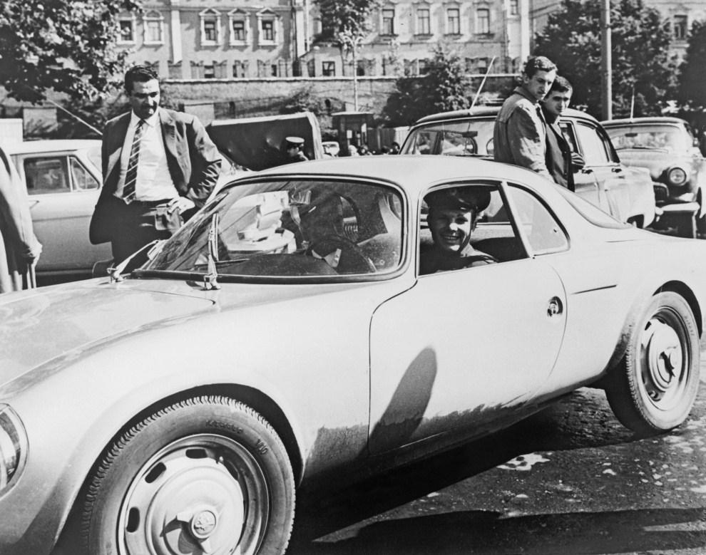 11. FRANCJA, Tours, 2 sierpnia 2965:  Jurij Gagarin za kierownicą samochodu podczas oficjalnej wizyty we Francji. AFP PHOTO