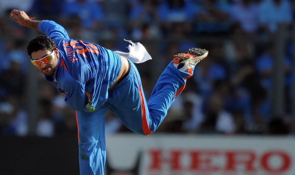 11. INDIE, Bombaj, 2 kwietnia 2011: Yuvraj Singh (Indie) rzuca piłkę w meczu z zespołem Sri Lanki. AFP PHOTO/MANAN VATSYAYANA