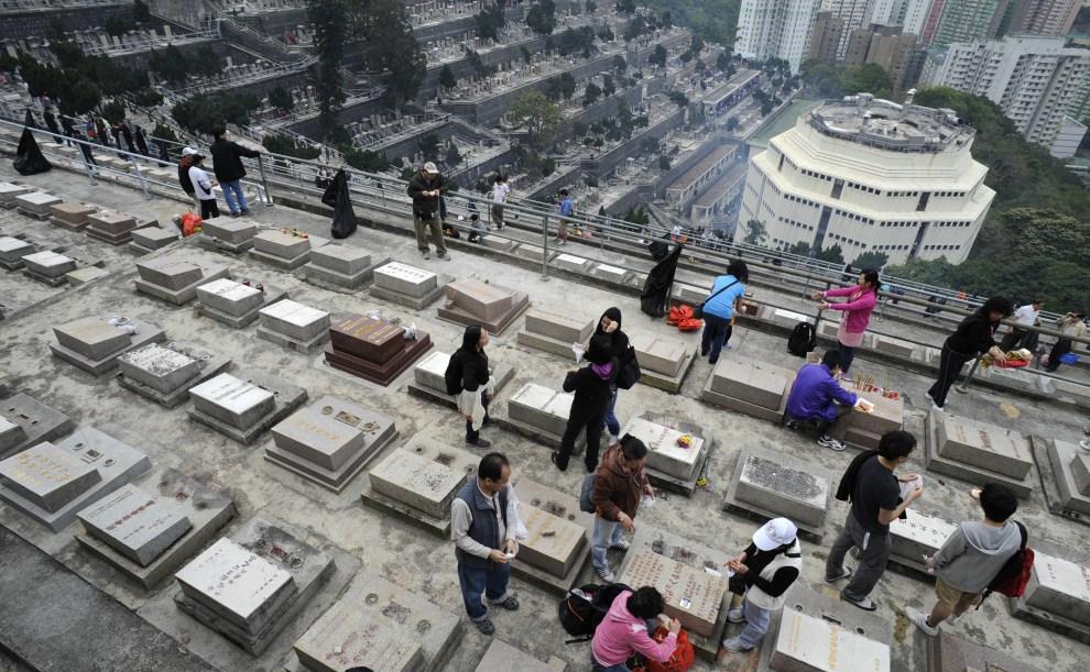 11. CHINY, Hongkong, 5 kwietnia 2011: Ludzie odwiedzający cmentarz podczas Qingmingjie  - tradycyjnego chińskiego święta zmarłych. AFP PHOTO / Antony DICKSON