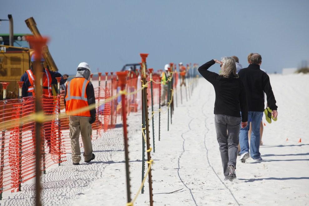 11. USA, Pensacola Beach, 10 marca 2011: Fragment plaży oddzielony przez służby porządkowe. (Foto: Eric Thayer/Getty Images)