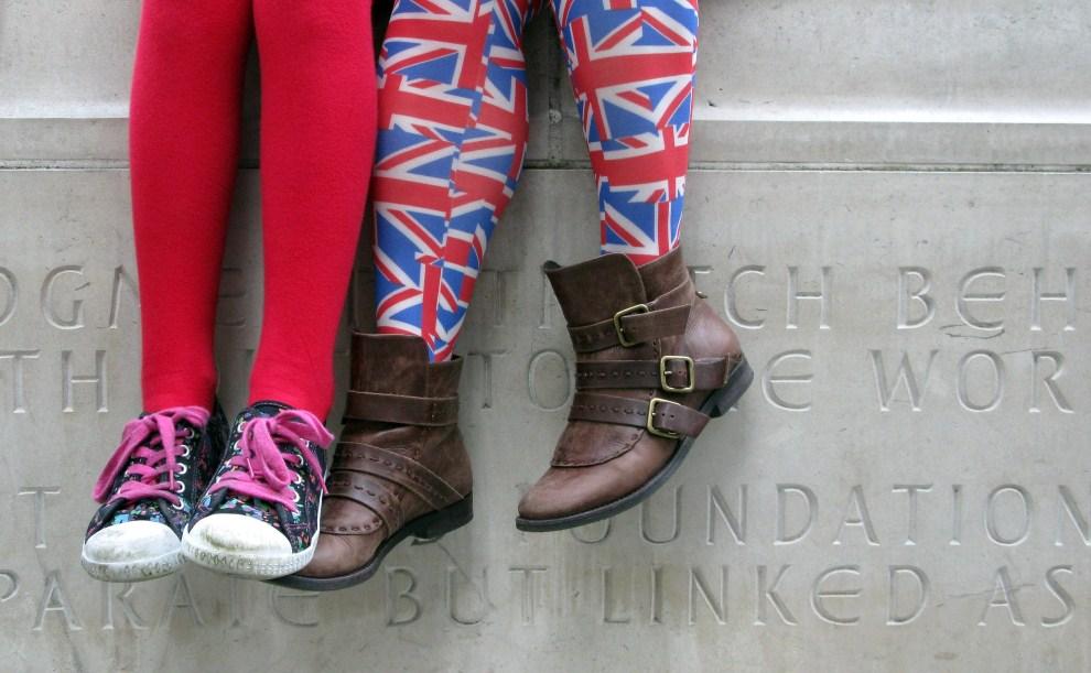 11. WIELKA BRYTANIA, Londyn, 28 kwietnia 2011: Widzowie przed Opactwem Westminsterskim.. (Foto:  Gareth Cattermole/Getty Images)