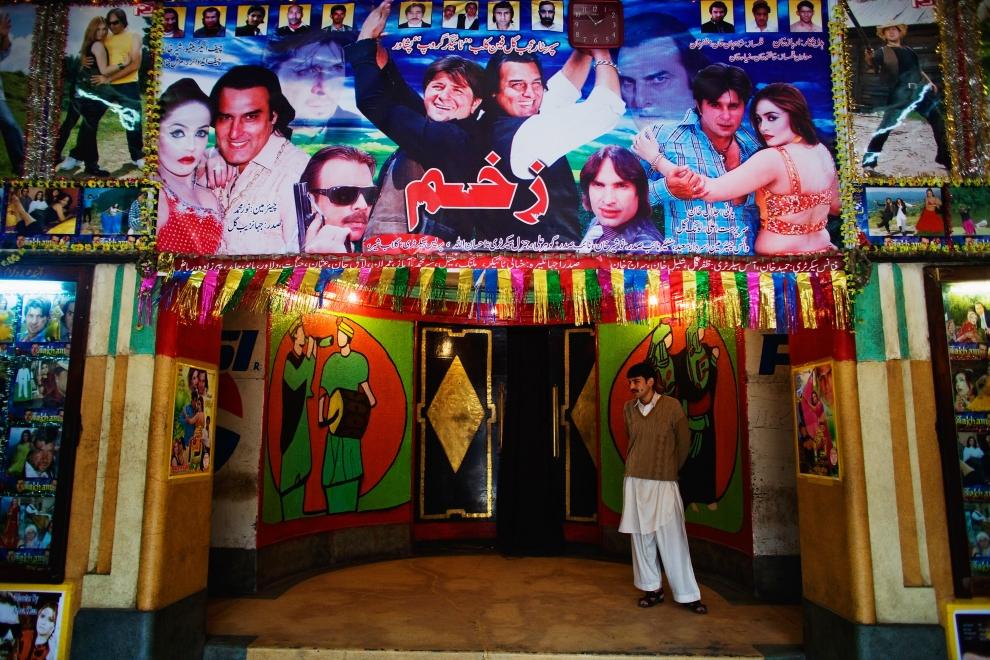 11. PAKISTAN, Peszawar, 17 listopada 2009: Bileter wpuszczający widzów na seans filmowy. (Foto: Daniel Berehulak/Getty Images)