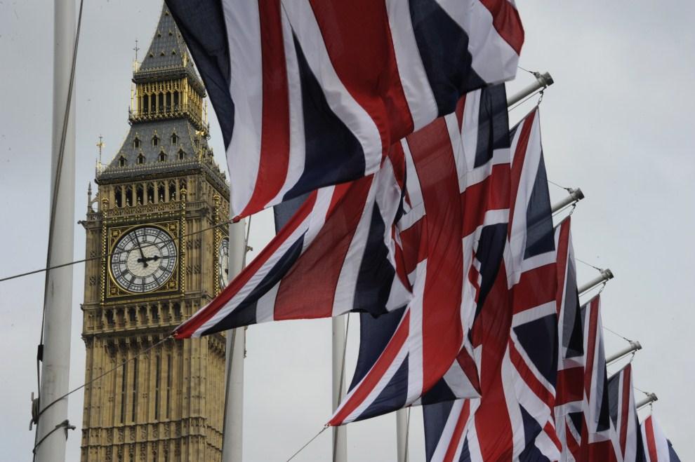12. WIELKA BRYTANIA, Londyn, 28 kwietnia 2011: Flagi Wielkiej Brytanii rozpięte w centrum Londynu. AFP PHOTO / DAMIEN MEYER
