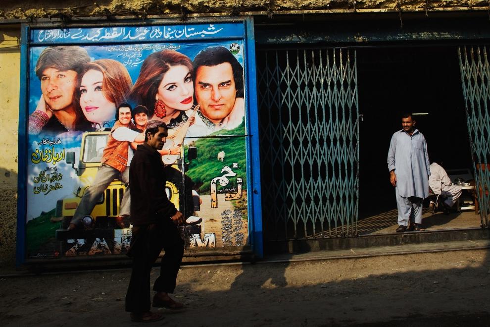 """12. PAKISTAN, Peszawar, 17 listopada 2009: Główne wejście kina """"Shabistan"""". (Foto: Daniel Berehulak/Getty Images)"""