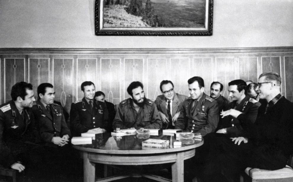 13. ZSRR, Moskwa, styczeń 1964: Fidel Castro w trakcie spotkania z kosmonautami.  AFP