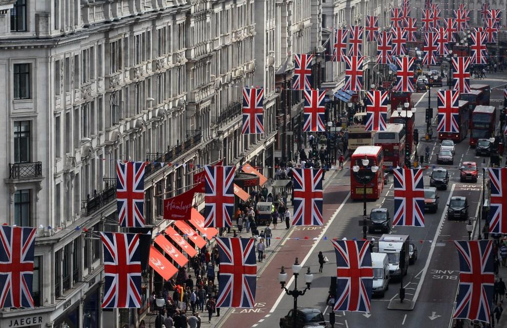 13. WIELKA BRYTANIA, Londyn, 29 kwietnia 2011: Przystrojone centrum Londynu. AFP PHOTO / ADRIAN DENNIS