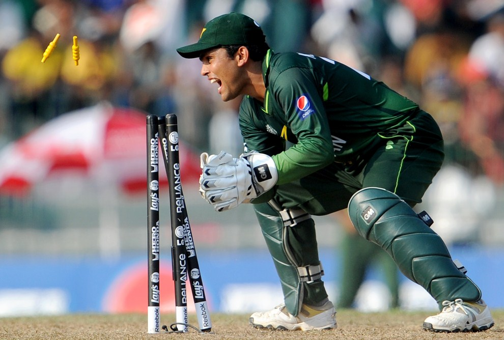 13. SRI LANKA, Colombo, 19 marca 2011: Pakistański wicket-keeper na pozycji. AFP PHOTO/William WEST