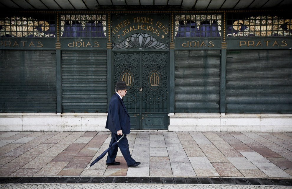 13. PORTUGALIA, Lizbona, 7 kwietnia 2011: Mężczyzna przechodzi obok zamkniętego sklepu jubilerskiego. AFP PHOTO/PATRICIA DE MELO MOREIRA