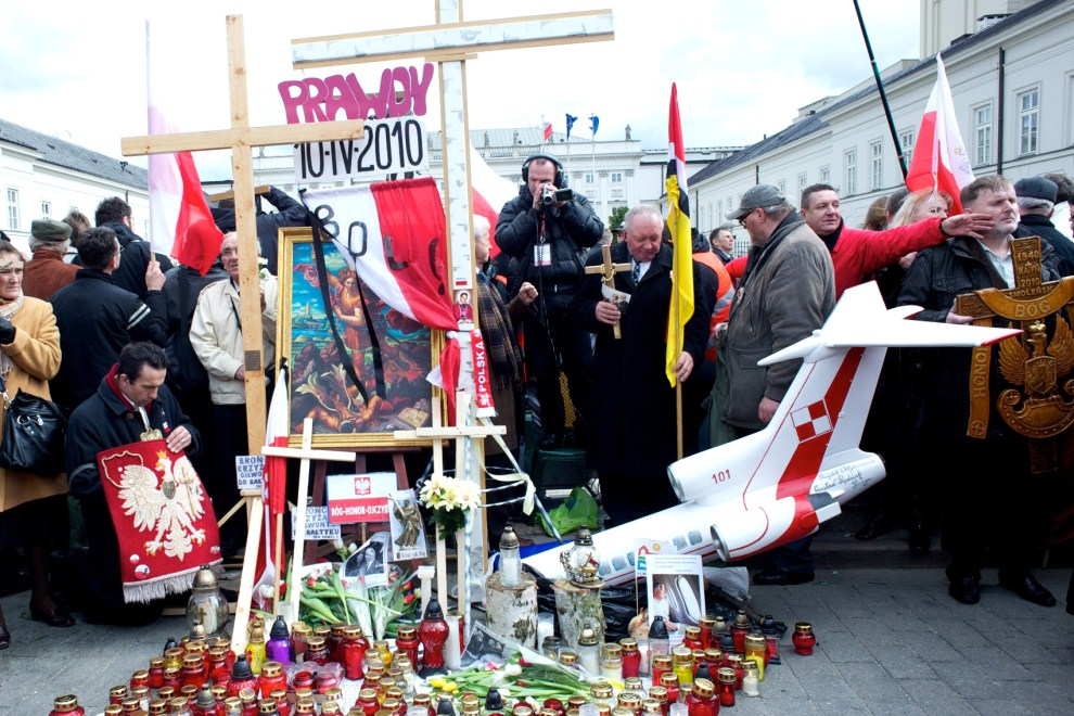13. POLSKA, Warszawa, 10 kwietnia 2011: Ludzie zebrani przed Pałacem Prezydenckim w rocznicę katastrofy. AFP PHOTO / Marcin Lobaczewski
