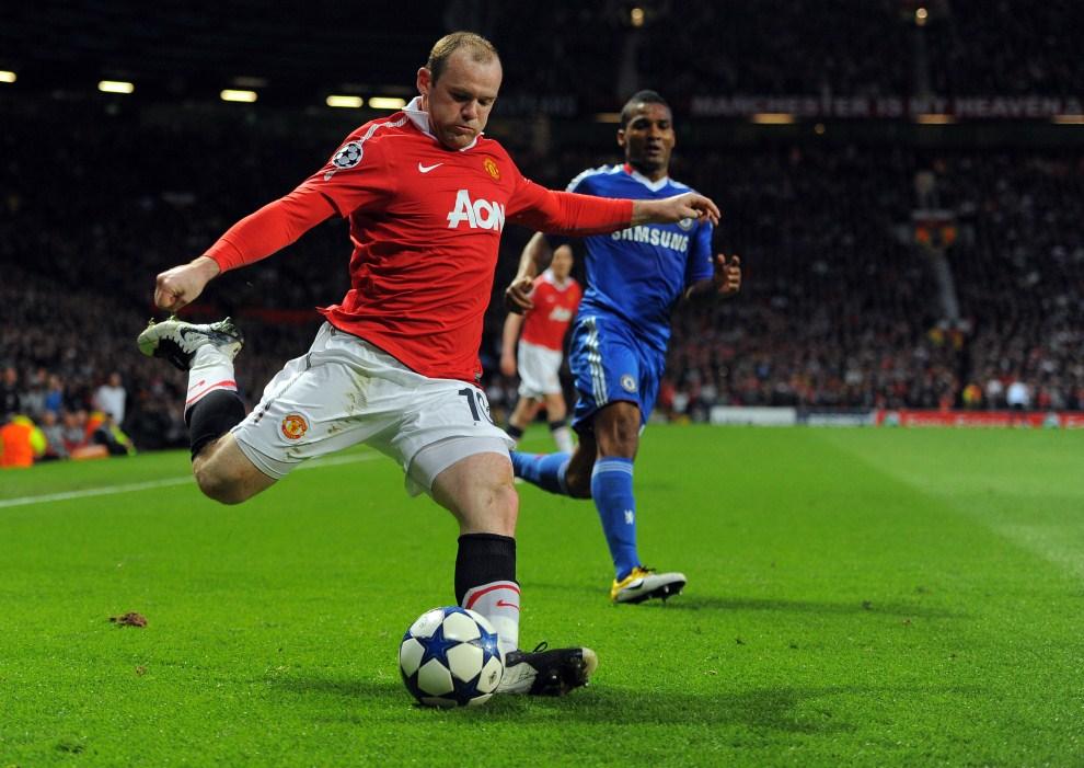 13. WIELKA BRYTANIA, Manchester, 12 kwietnia 2011: Wayne Rooney (Manchester United) podaje piłkę w meczu Ligi Mistrzów przeciw Chelsea. AFP PHOTO/ANDREW YATES
