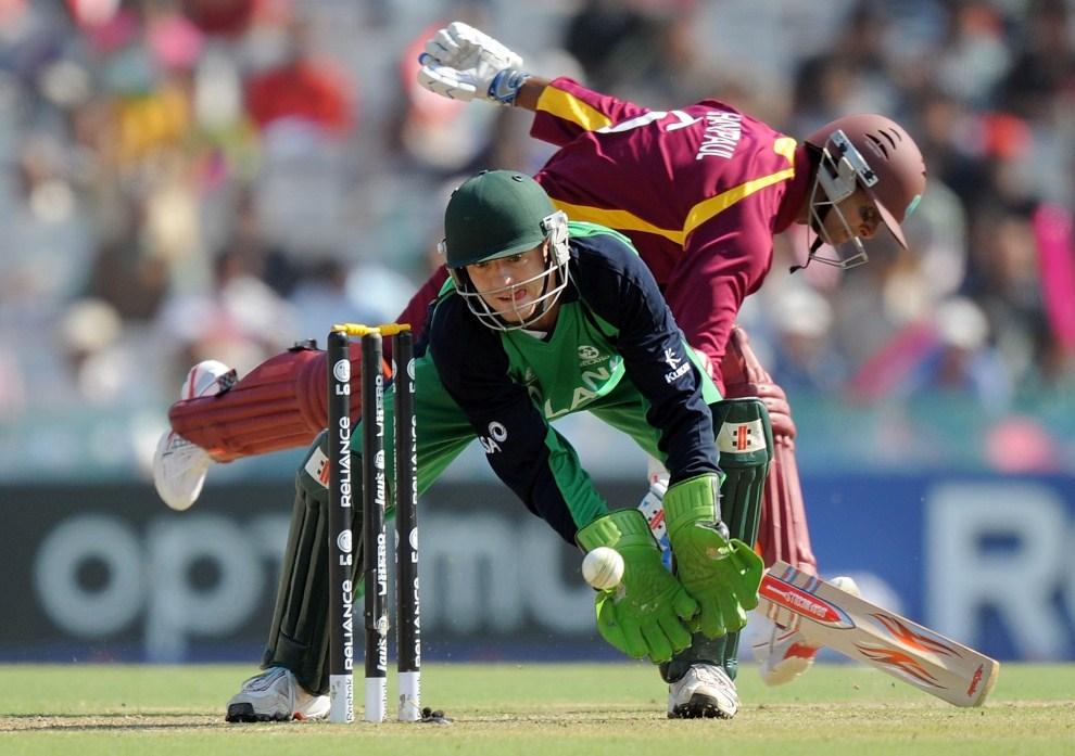 14. INDIE, Mohali, 11 marca 2011: Irandzki wicket-keeper – Niall O'Brien (po lewej) chwyta rzuconą piłkę. AFP PHOTO/MANAN VATSYAYANA