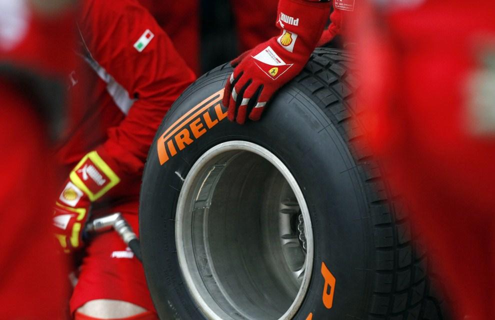 14. AUSTRALIA, Melbourne, 26 marca 2011: Zespół Ferrari przygotowuje opony na mokrą nawierzchnię. AFP PHOTO / POOL