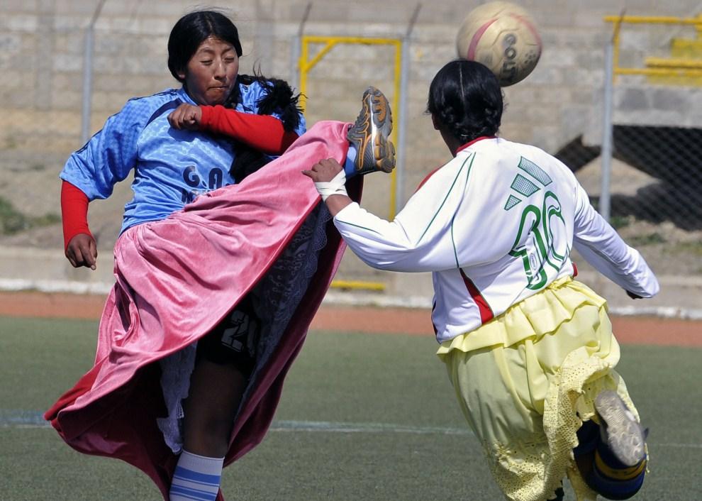 14. BOLIWIA, El Alto, 9 kwietnia 2011: Gaby Balboa (po lewej) walczy o piłkę z Rogelią Ramos (po prawej) w meczu dwu odwiecznych rywali – Batalla i Achacachi. AFP   PHOTO/Aizar Raldes