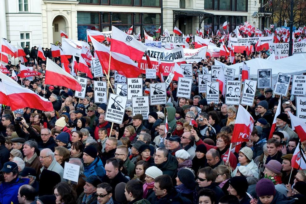14. POLSKA, Warszawa, 10 kwietnia 2011: Ludzie zebrani przed Pałacem Prezydenckim w rocznicę katastrofy. AFP PHOTO / Marcin Lobaczewski