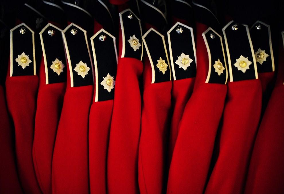 14. WIELKA BRYTANIA, Windsor, 21 kwietnia 2011: Mundury galowe Królewskiego Regimentu Irlandzkiego, przygotowywane do uroczystości zaślubin Kate Middleton i księcia Williama. AFP PHOTO/ CARL DE SOUZA