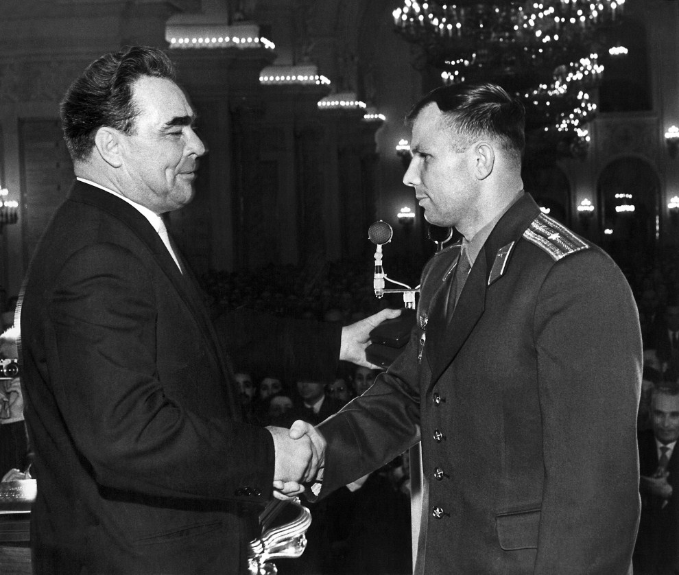 14. ZSRR, Moskwa: Jurij Gagarin odbiera gratulacje od Leonida Breżniewa. AFP