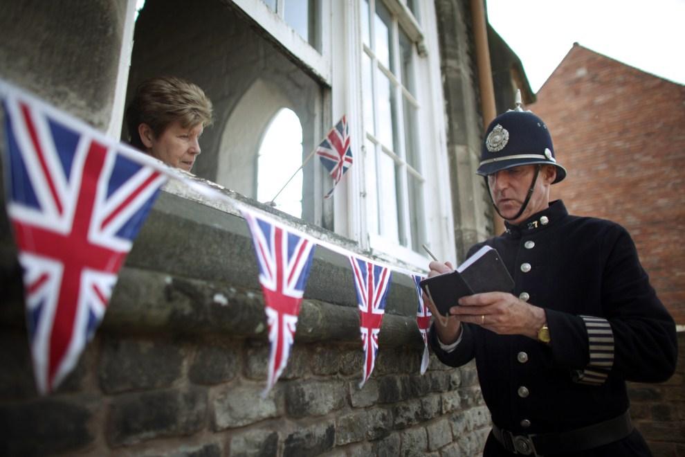 14. WIELKA BRYTANIA, Dudley, 22 kwietnia 2011: Przewodnik turystyczny przygotowuje się do roli policjanta w inscenizacji ślubu. (Foto:  Christopher Furlong/Getty Images)