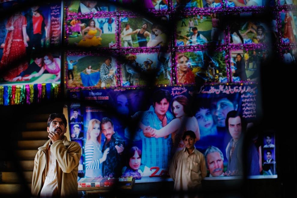 14. PAKISTAN, Peszawar, 17 listopada 2009: Mężczyzna ogląda plakaty filmowe przed kupnem biletu. (Foto: Daniel Berehulak/Getty Images)