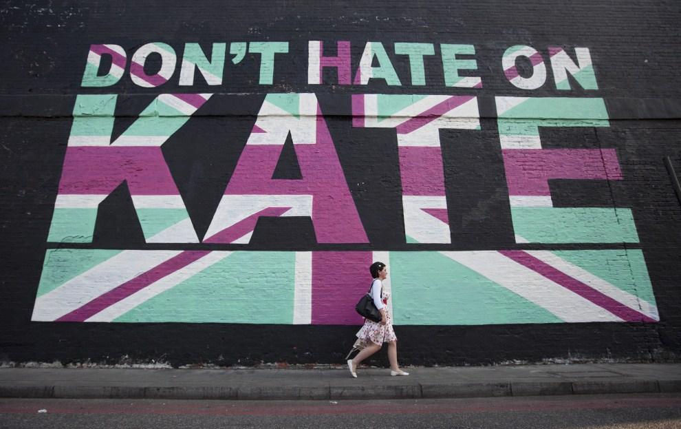 15. WIELKA BRYTANIA, Londyn, 20 kwietnia 2011: Mural z hasłem nawołującym do zaniechania przejawów nienawiści wobec Kate Middleton. AFP PHOTO/Warren Allott