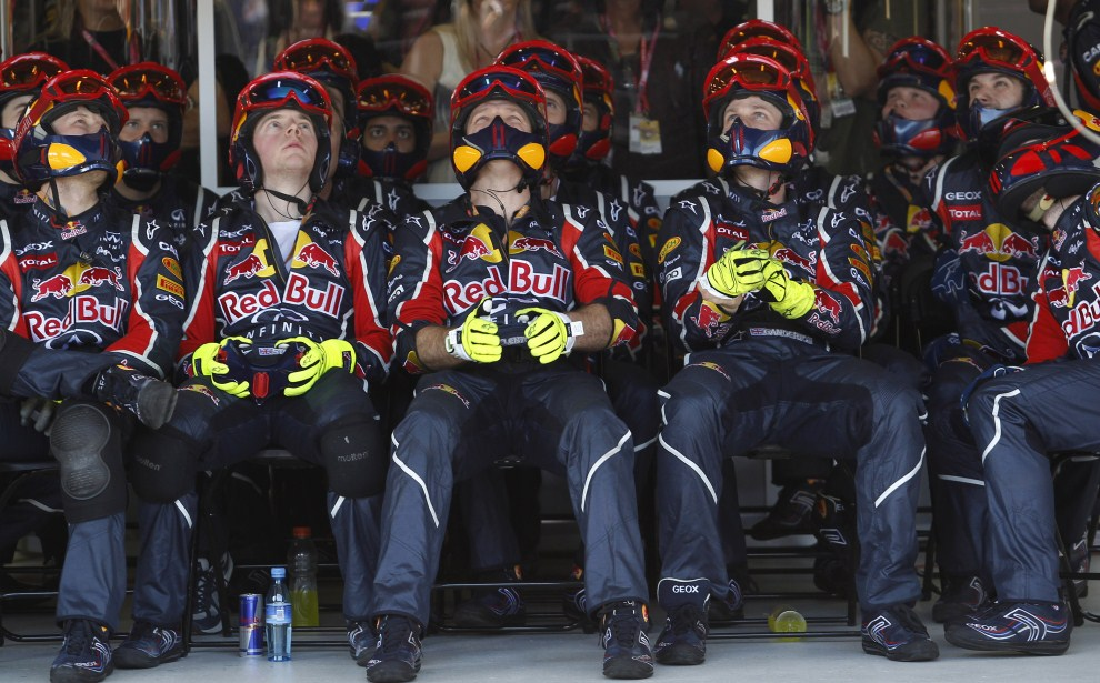15. AUSTRALIA, Melbourne, 27 marca 2011: Mechanicy zespołu Red Bull oglądają wyścig na torze Albert Park. AFP PHOTO / POOL / Daniel Munoz