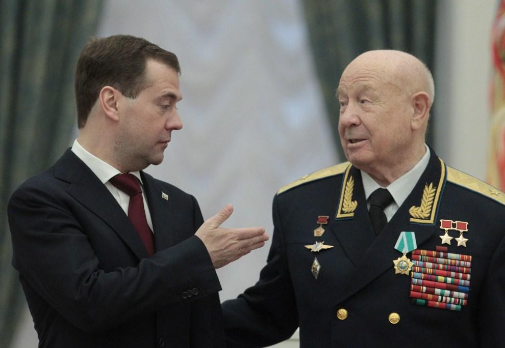15. ROSJA, Moskwa, 12 kwietnia 2011: Dmitrij Miedwiediew  rozmawia z Aleksiejem Leonowem – pierwszym człowiekiem, który wyszedł w otwartą przestrzeń kosmiczną. AFP PHOTO/ POOL/ ALEXANDER NATRUSKIN
