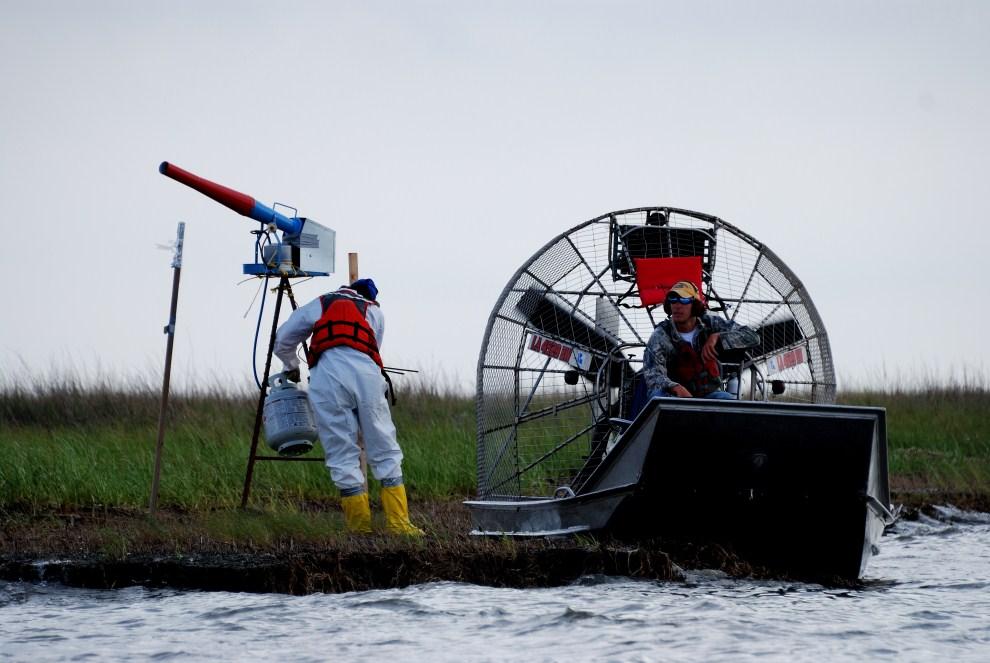 15. USA, Bay Jimmy, 7 kwietnia 2011: Ekipa ekologów sprawdza urządzenie odstraszające ptaki przed zakładaniem gniazd na skażonych moczarach. AFP PHOTO / Mira OBERMAN