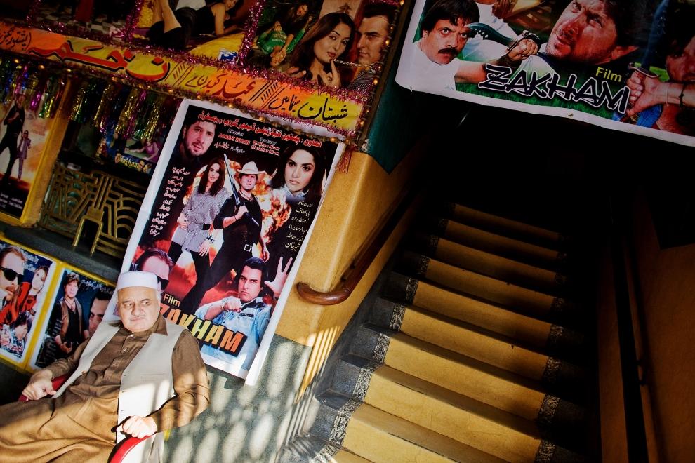 15. PAKISTAN, Peszawar, 17 listopada 2009: Właściciel kina – Aftab Hamada Sabrey – czeka na klientów. (Foto: Daniel Berehulak/Getty Images)