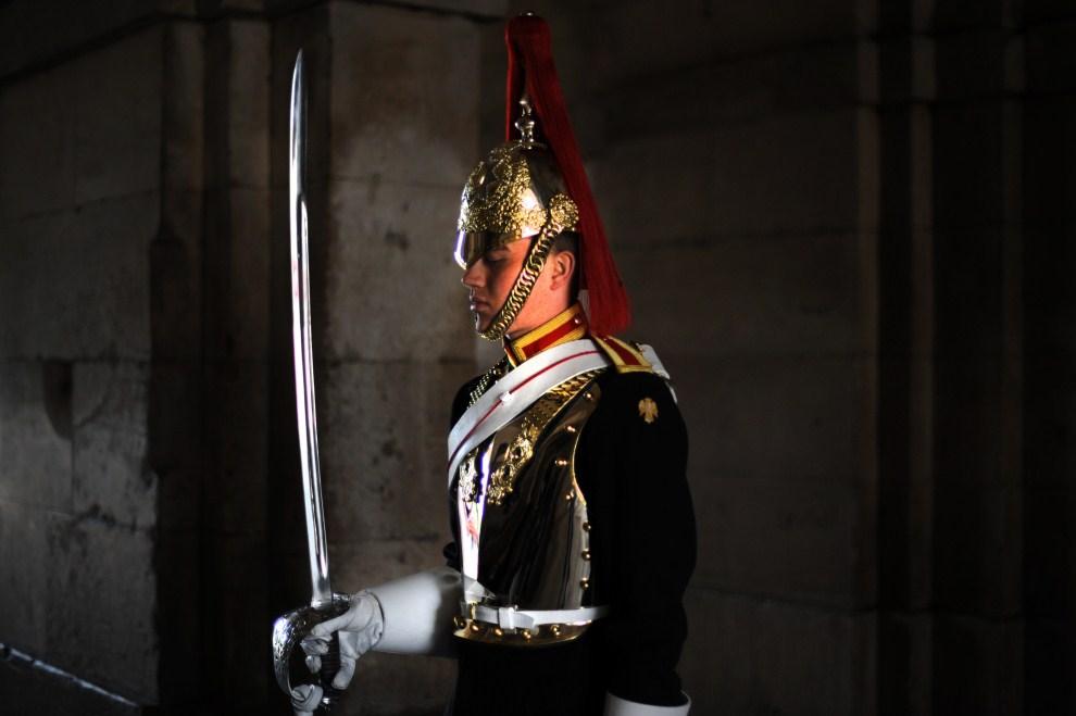 16. WIELKA BRYTANIA, Londyn, 28 kwietnia 2011: Żołnierz podczas próby przed uroczystościami. AFP PHOTO / DIMITAR DILKOFF
