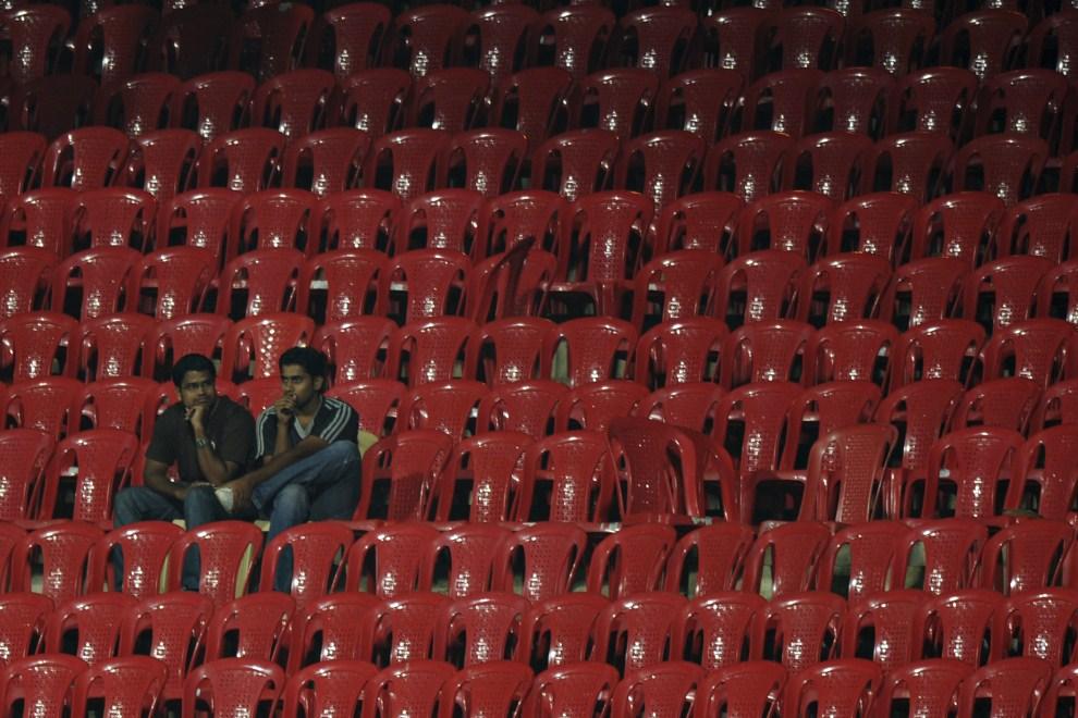 16. INDIE, Bangalore, 16 marca 2011: Kibice oglądają mecz pomiędzy reprezentacjami Australii i Kanady. AFP PHOTO/ Dibyangshu SARKAR