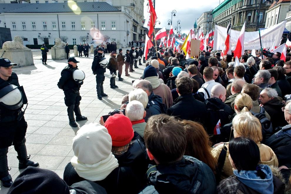 16. POLSKA, Warszawa, 10 kwietnia 2011: Policjanci zabezpieczający teren wokół Pałacu Prezydenckiego. AFP PHOTO / Marcin Lobaczewski