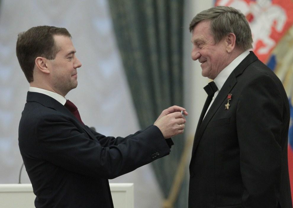 16. ROSJA, Moskwa, 12 kwietnia 2011: Dmitrij Miedwiediew  wręcza odznaczenie polskiemu kosmonaucie – Mirosławowi Hermaszewskiemu. AFP PHOTO / POOL/ ALEXANDER NATRUSKIN