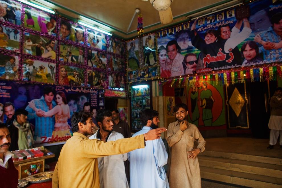 """16. PAKISTAN, Peszawar, 17 listopada 2009: Mężczyźni przed wejściem na seans w kinie """"Zakham"""". (Foto: Daniel Berehulak/Getty Images)"""