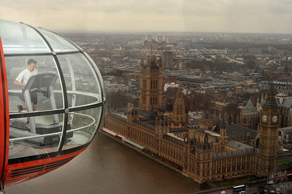 17. WIELKA BRYTANIA, Londyn, 5 kwietnia 2011: Maratończyk Noel Bresland na bieżni ustawionej w London Eye. AFP PHOTO/BEN STANSALL
