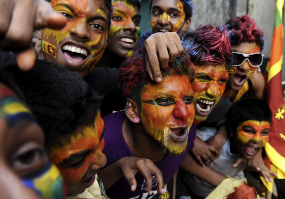 17. SRI LANKA, Colombo, 2 kwietnia 2011: Kibice reprezentacji Sri Lanki. AFP PHOTO/Ishara S.KODIKARA