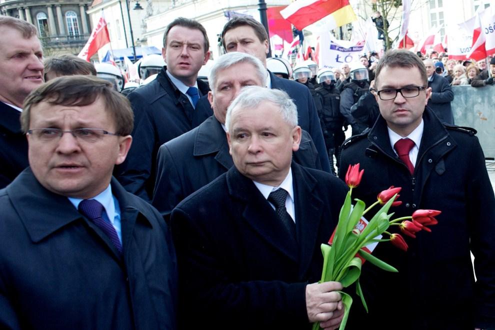 17. POLSKA, Warszawa, 10 kwietnia 2011: Jarosław Kaczyński składa kwiaty przed Pałacem Prezydenckim. AFP PHOTO / Marcin Lobaczewski