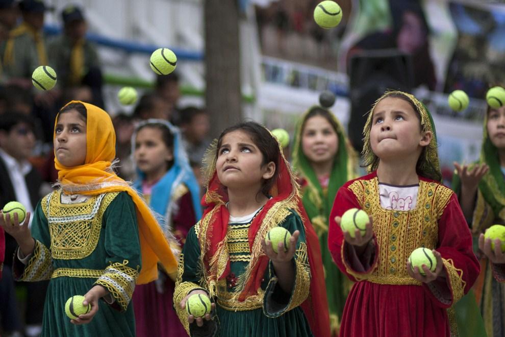 17. AFGANISTAN, Kabul, 16 kwietnia 2011:  Afgańskie dzieci uczestniczą w zabawie z okazji Światowego Dnia Cyrku. (Foto: Majid Saeedi/Getty Images)